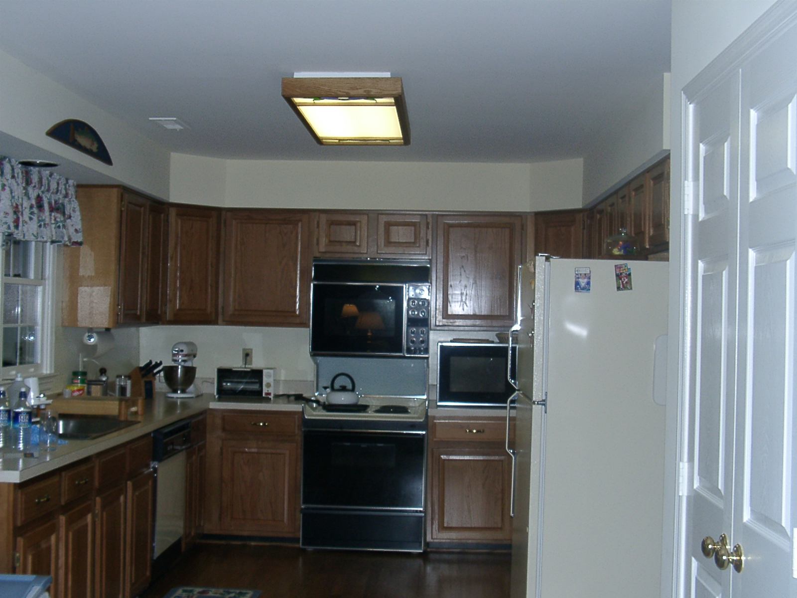 Cabinet colors suggestions granite laminate corian for Suggested colors for kitchens