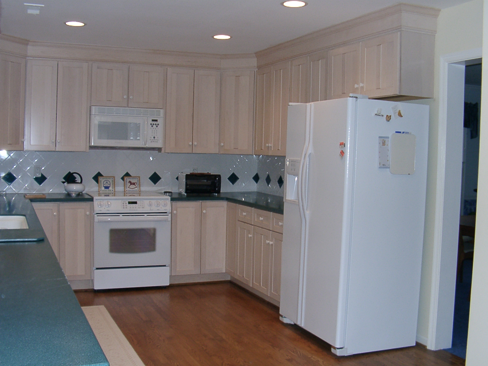Cabinet colors suggestions granite laminate corian for Laminate colors for kitchen cabinets