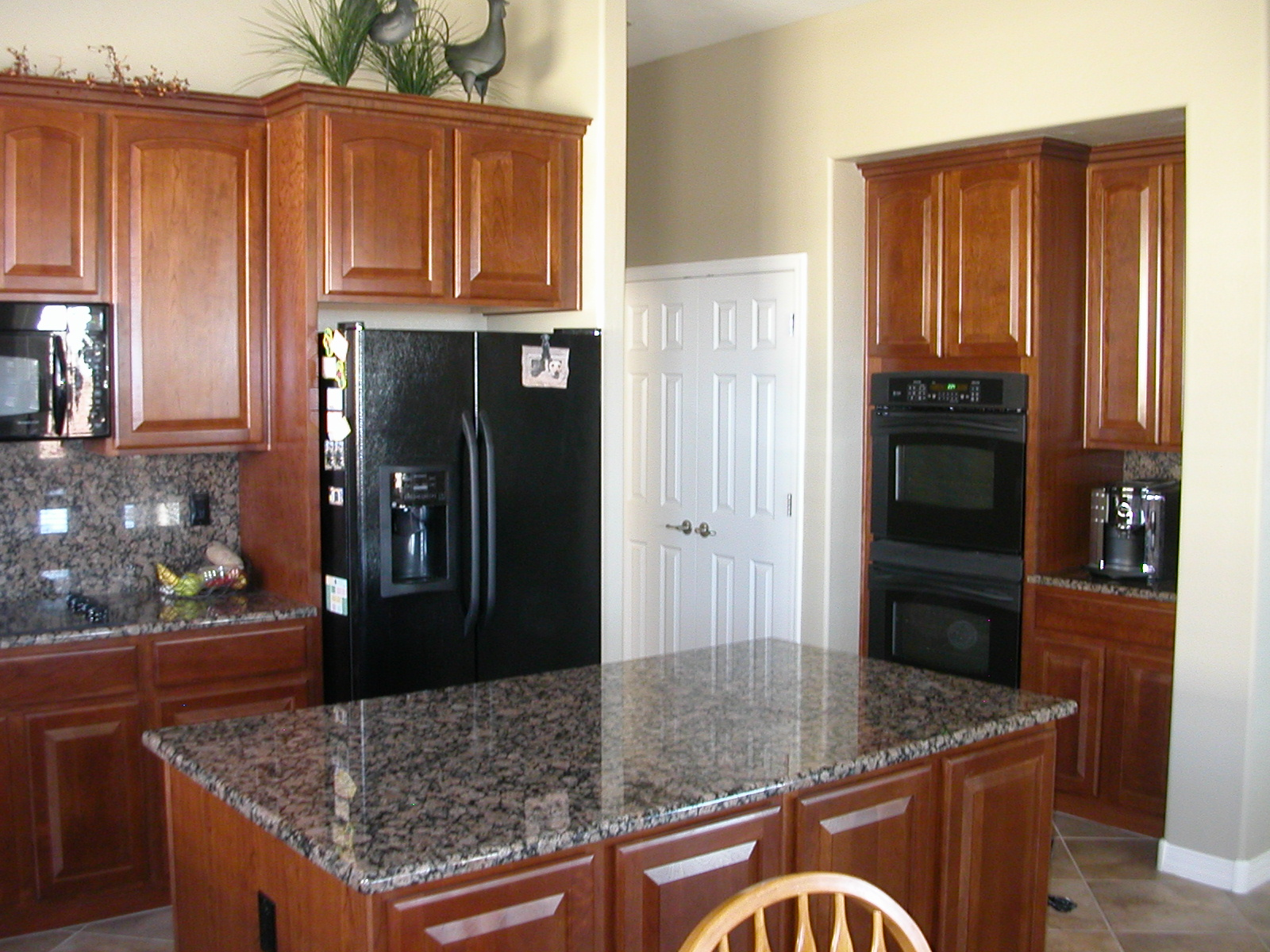 Kitchen appliances black kitchen appliances for Kitchen cabinets with black appliances