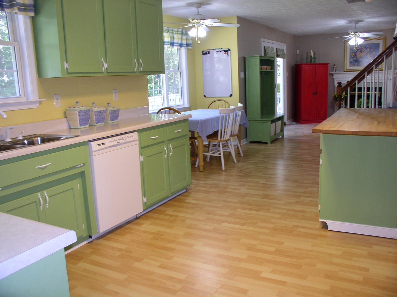Painting your kitchen cabinets painting tips from the pros for Kitchen cabinet paint schemes